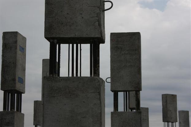 Монтажные петли, оголенные участки и закладные детали колонн сборно-монолитного каркаса.
